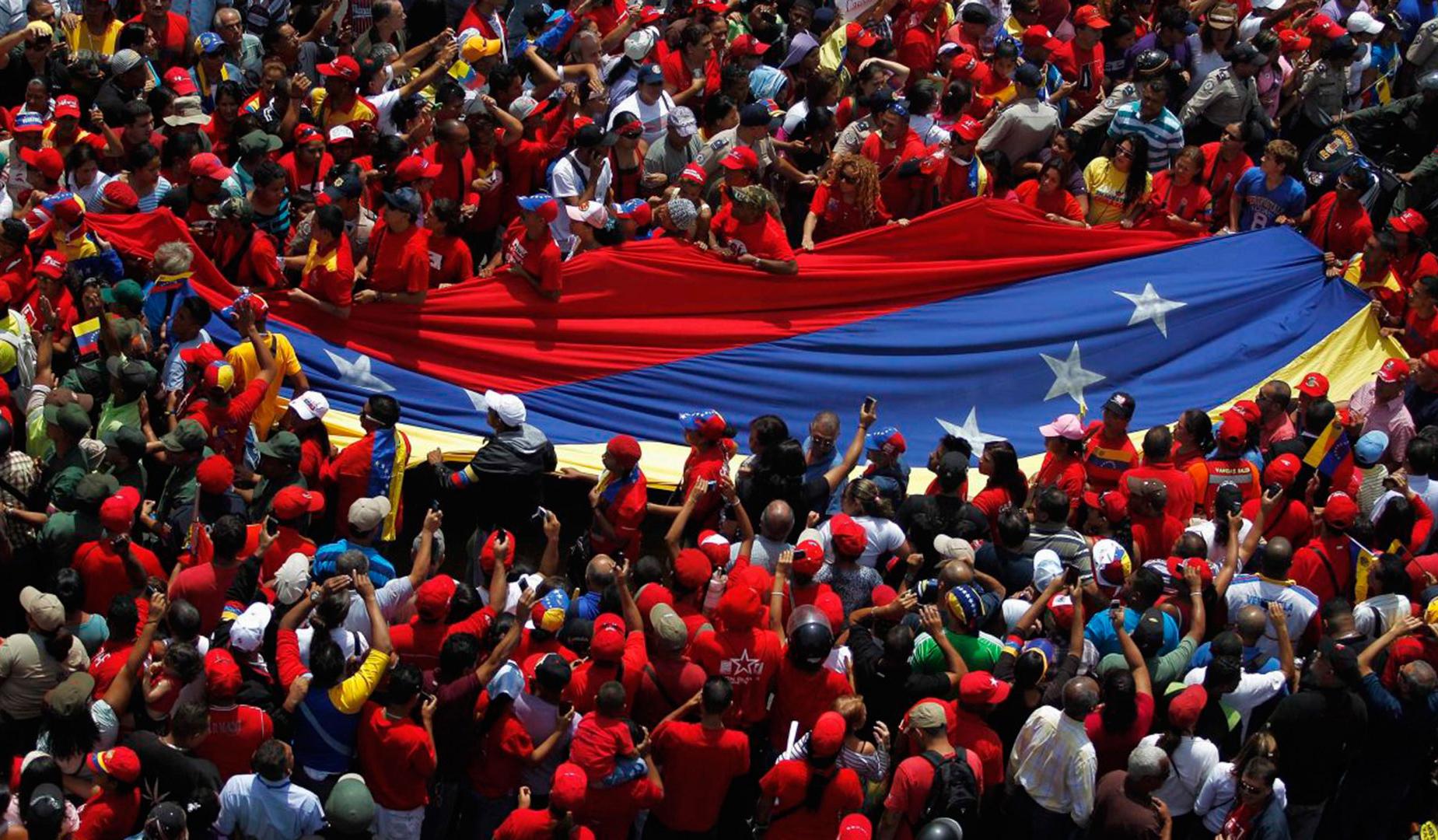 20130308_manifestacao_solidariedade_funeral_hugo_chavez_caracas_venezuela_bandeira_venezuelana-1