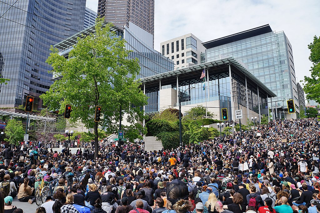 1024px-george_floyd_protests_in_seattle_-_june_3__2020_-_sit-in_at_seattle_city_hall_01
